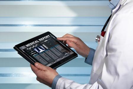 medico con una cartella clinica di salute sullo schermo di un dispositivo  medico digitale con i dati tablet consultare un referto medico di un paziente