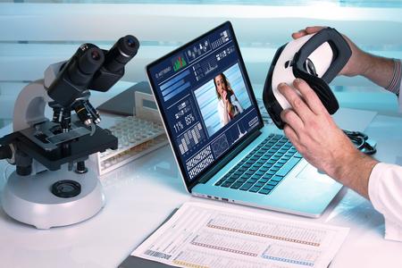 Zwei Ärzte, die eine gemeinsame Arbeit in einem Abstand / Arzt mit Virtual-Reality-Ausrüstung im Labor tun werden Standard-Bild