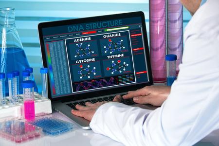 遺伝子研究所でのラップトップの解析 dna ソフトウェアでの作業研究の遺伝学遺伝エンジニア構造を持つコンピューターを使用してバイオ テクノロ 写真素材