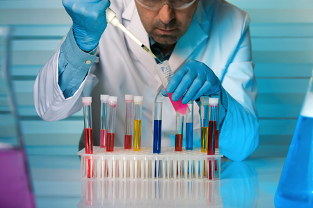 Científico, trabajando, pipeta, tubo, químico, laboratorio, químico, ingeniero, trabajando, tubos, prueba, laboratorio Foto de archivo