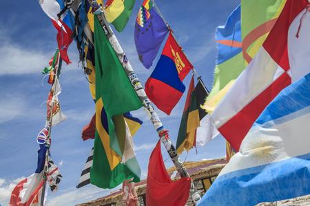 Banderas de diferentes naciones ondeando en el salar de Uyuni, Bolivia