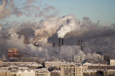 Ambiente povero in città. Disastro ambientale. emissioni nocive nell'ambiente. Fumo e smog. Inquinamento dell'atmosfera dalle piante. Gas di scarico. Archivio Fotografico - 70012984