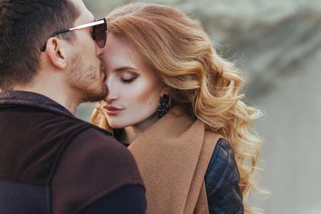 Mooi paar in liefde op Valentijnsdag. Gelukkig jong paar dat op de zandige bergen op een bewolkte dag loopt Stockfoto