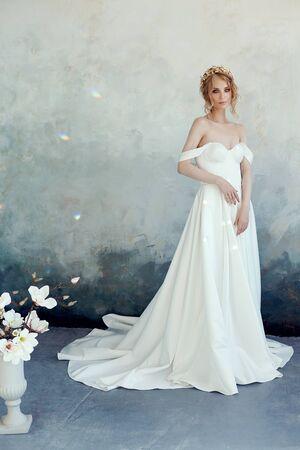 Luxueuse robe de mariée blanche sur le corps de la fille. Nouvelle collection de robes de mariée. Mariée du matin, une femme attendant le marié avant la cérémonie de mariage. Jeune mariée en robe longue Banque d'images