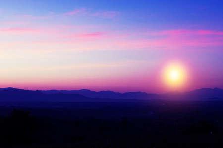 Schöne Silhouette Landschaft und Sonnenuntergang in der Nacht auf einer Wiese am frühen Winter am Mond Standard-Bild