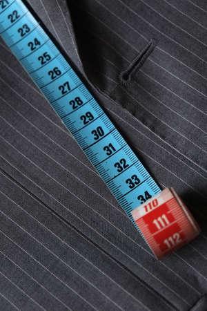 cintas metricas: Cinta de la medida que se extend�a en la parte superior de una chaqueta gris cl�sico