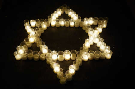 Davidster gemaakt met kaarsen. Religie en spiritualiteit