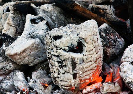 glut: Embers blieb nach einem Brand. Russland. Samara.