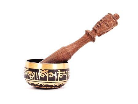 morter: Pestello in legno con mortaio di ceramica isolato su sfondo bianco.