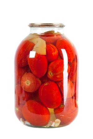 PICKLES: Conservan los tomates rojos en un frasco de vidrio aisladas sobre fondo blanco
