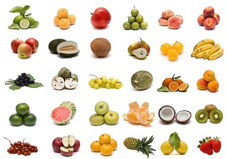 Una raccolta di frutta isolata su uno sfondo bianco.