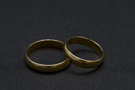 Deux anneaux dorées sur fond noir.