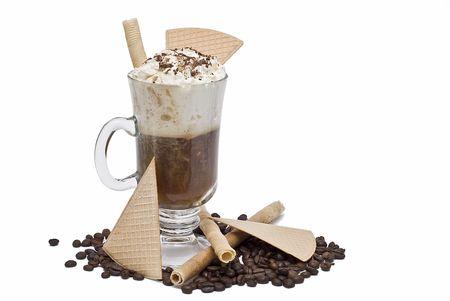slagroom: Koffie met slag room en wafeltjes. Stockfoto