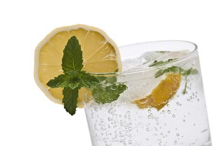 Gin tonic isolato su sfondo bianco.