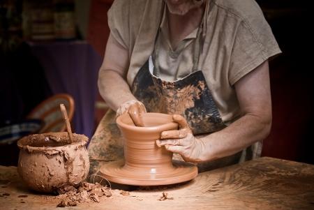 alfarero: Alfarero trabajando.  Foto de archivo