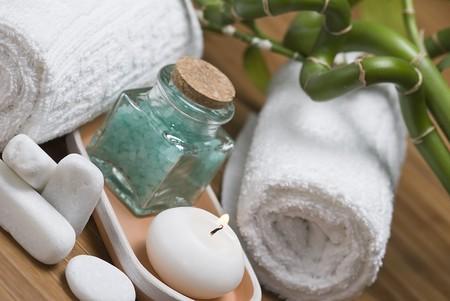 Spa-Hintergrund mit Badesalze und eine Kerze.