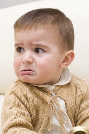 facial gestures: Una divertida expresi�n facial de la ira de un ni�o.