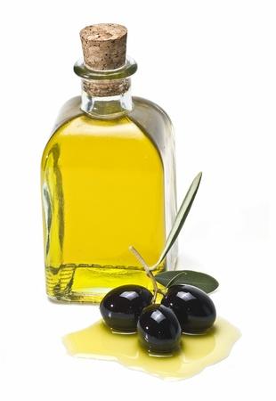 olive leaf: Una botella de aceite de oliva y las aceitunas de algunos aislados en un fondo blanco.