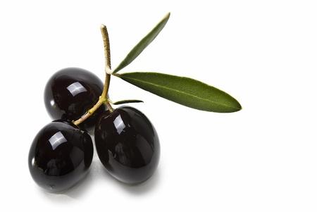 Olives noires isol�es sur un fond blanc. Banque d'images - 8759332