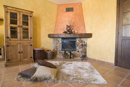 国のコテージで暖炉のあるリビング ルーム。
