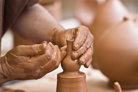 artisanale: Potter werken met klei.