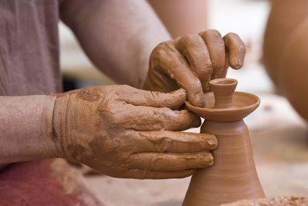 alfarero: Potter trabajando con arcilla.
