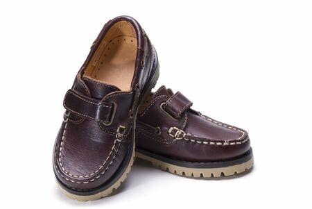 Zapatos para niños aislados sobre un fondo blanco.