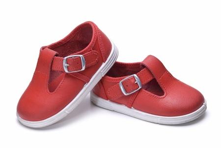 白地に孤立した子供のための靴。