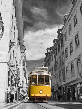 ポルトガル、ヨーロッパでのリスボンの路上で古典的なトラム