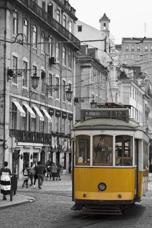 Klassische Straßenbahn auf den Straßen von Lissabon in Portugal, Europa.