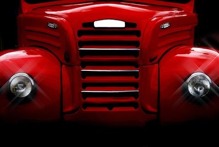 近年改装された古いものと古典的な赤いトラックのフロント。
