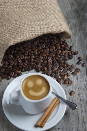granos de cafe: Naturaleza muerta sobre el caf� con un delicioso espresso y algunos granos de caf� y canela