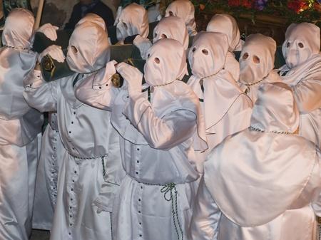 fraternidad: Pascua nazarenos con túnica blanca en una procesión típica española Foto de archivo