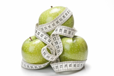 Ruban � mesurer enroul�e autour d'un vert pomme comme symbole de l'alimentation. photo