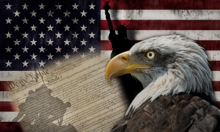 constitucion: Águila calva y la silueta de la estatua de la libertad y el Marine Corps War Memorial monumento con algunos documentos históricos sobre la bandera americana
