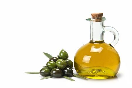 rama de olivo: Frasco de vidrio de la prima virgen aceite de oliva y unas aceitunas con hojas aislado en un fondo blanco