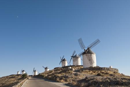 """don quijote: Molinos de viento tradicionales en la provincia de Toledo en Espa�a, que se refleja por Miguel de Cervantes en su obra """"Don Quijote"""" Foto de archivo"""