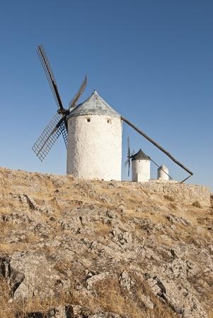 """don quijote: Molinos de viento tradicionales en la provincia de Toledo en España, que se refleja por Miguel de Cervantes en su obra """"Don Quijote"""" Foto de archivo"""