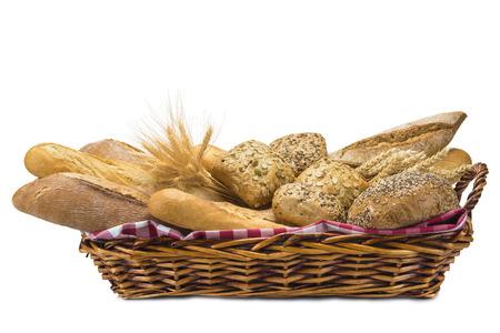canasta de pan: Naturaleza muerta sobre una cesta con un gran surtido de pan aislada sobre un fondo blanco