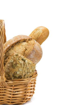 canasta de panes: Naturaleza muerta sobre una cesta con un gran surtido de pan aislada sobre un fondo blanco