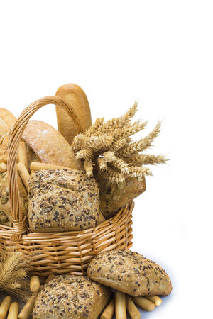 canasta de panes: Naturaleza muerta sobre una cesta con un gran surtido de pan aislado en un fondo blanco