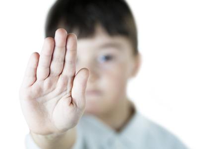 A la toma de niño s gesto de la parada con su mano