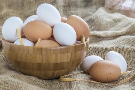 Een kom met vrije uitloop eieren in het kippenhok