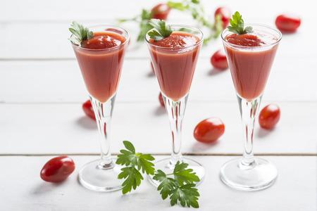 порно: Томатный сок коктейли с гарниром из листьев петрушки на белый деревянный