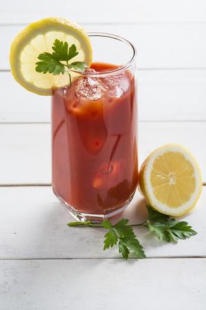 порно: Кровавый Мэри коктейль, украшенный с ломтиком лимона и листьев петрушки Фото со стока