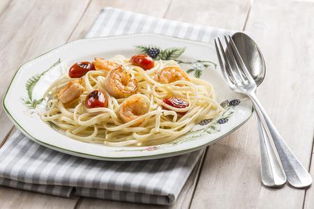 порно: Спагетти с креветками и виноградных помидоров украшенный орегано и петрушки