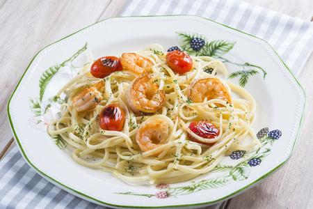porn: Спагетти с креветками и виноградных помидоров, украшенный с орегано и петрушки