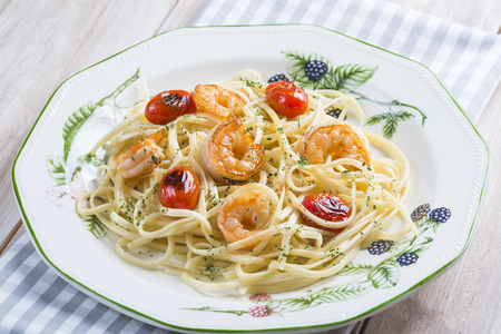 порно: Спагетти с креветками и виноградных помидоров, украшенный с орегано и петрушки