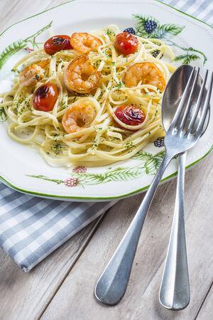 порно: Спагетти с креветками и виноградных помидоров, украшенный орегано и петрушки