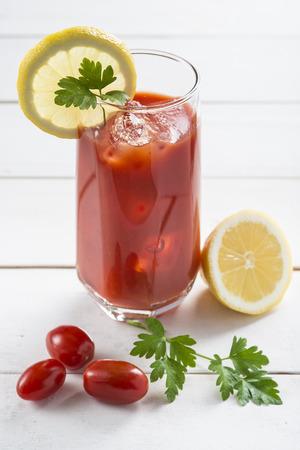porn: Кровавый Мэри коктейль, украшенный с ломтиком лимона и листьев петрушки Фото со стока